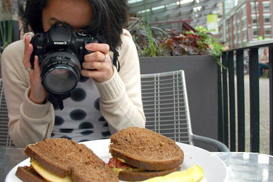 woman takes food photography
